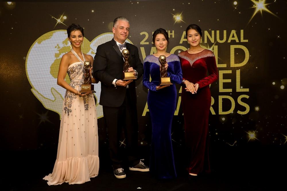 Andre van der Marck, managing director of ASIA DMC Thailand receiving the trophies