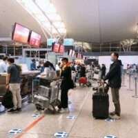 Passengers check in for Hanoi-Seoul flight at Noi Bai International Airport_1